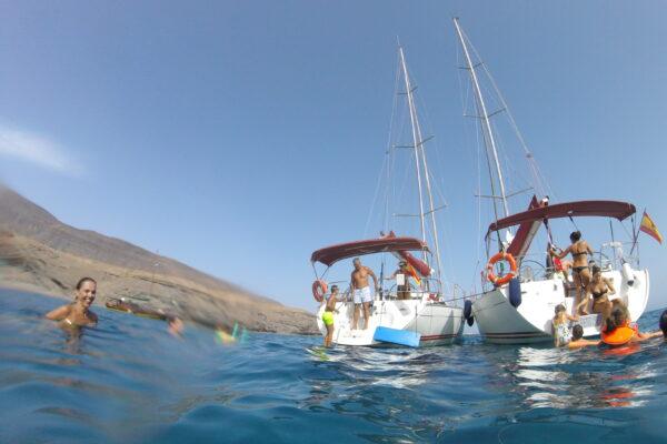 Dos de nuestros veleros disfrutando de una excursión en grupo en las cálidas aguas de Fuerteventura