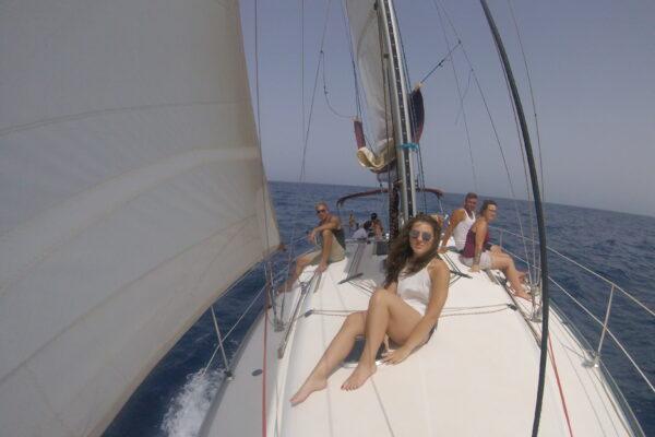 Relájate en la cubierta de nuestros veleros mientras te adentras en el mar de Canarias
