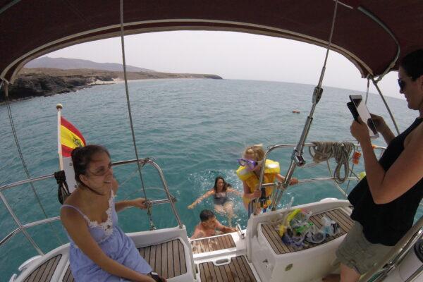 Día de ensueño en una isla de ensueño, a bordo de un velero.